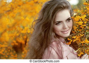 outono, menina, portrait., sorrir feliz, mulher, sobre, amarelo sai, em, a, outono, park., ao ar livre, photo.