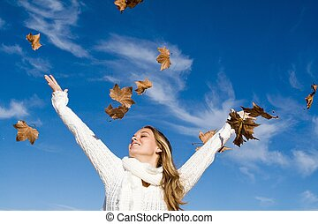 outono, mulher, braços levantaram, em, felicidade