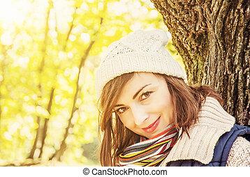 outono, mulher, jovem, filtro amarelo, parque, posar