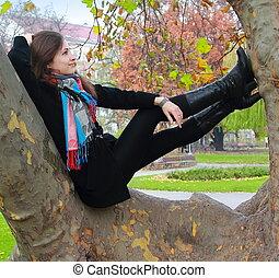 outono, mulher relaxando, pensando, árvore, cima, olhar,...