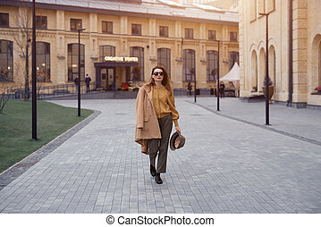 outono, tingido, andar, moda, câmera., agasalho, foto, óculos de sol, ombro, felizmente, posar, rua, bege, penduradas, mulher jovem