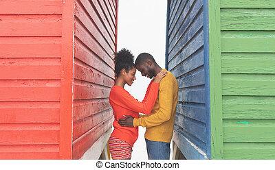 outro, par, cabana, cada, abraçar, meio, praia, romanticos