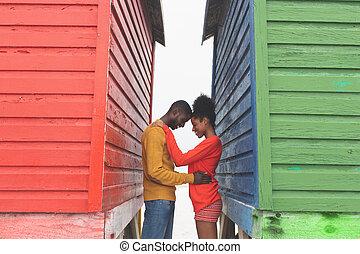 outro, par, cada, abraçar, praia, romanticos, cabanas, entre