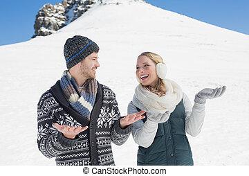 ouvert, couple, chaque, jeune regarder, devant, chaud, colline, mains, neigé, habillement, autre