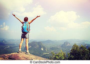 ouvert, femme, applaudissement, randonneur, montagne, bras, pic
