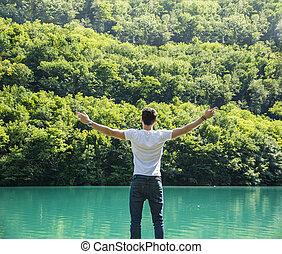 ouvert, liberté, jeune, arme propagé, devant, apprécier, homme, lac