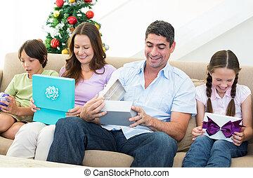ouverture, dons, noël, famille