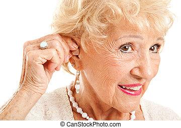 ouvindo, inserções, mulher sênior, ajuda