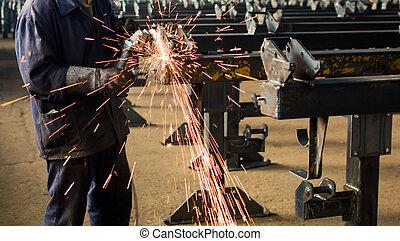 ouvrier, émoulage, métal, à, angle, broyeur