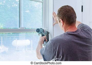 ouvrier, autour de, tailler, installation fenêtre