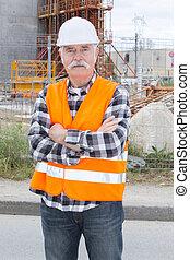 ouvrier, bras, construction, traversé, personne agee, sourire heureux