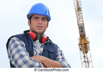 ouvrier construction, debout, devant, a, grue