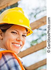 ouvrier construction, site, femme, heureux