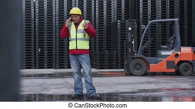 ouvrier, dehors, conversation, entrepôt, usine, téléphone