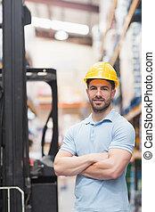 ouvrier dur, chapeau, porter, entrepôt
