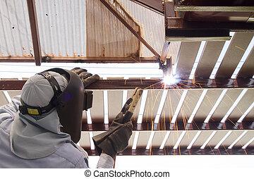 ouvrier industriel, soudant acier, tuyau, bride, étincelle, welding.