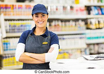 ouvrier, jeune, supermarché, bras croisés, femme