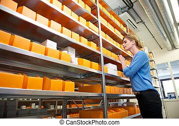 ouvrier, pharmacie, regarder, médecine, femme, entrepôt