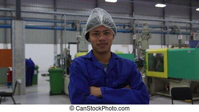 ouvrier, regarder, entrepôt, sourire, appareil photo