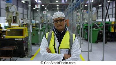 ouvrier, regarder, femme, entrepôt, appareil photo, armes ...