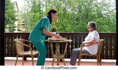 ouvrier santé, servir, a, repas, à, une, personnes agées, patient