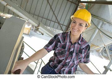 ouvrier, site, construction, closeup, femme, portrait, sourire