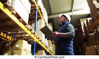 ouvrier, supervisor., entrepôt, portrait, mâle aîné, ou