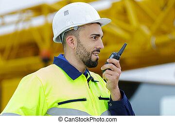 ouvrier, talkie-walkie, utilisation, mâle, collègue
