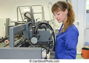 ouvrier, tenu, usine, femme, machinerie