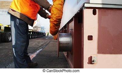 ouvrier, tube, fixation, -, flexible, homme, expédition, cargaison