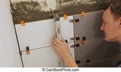 ouvrier, tuiles mur, pose, niveau, vérification