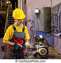ouvrier, usine, affûtage, femme, outils