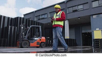 ouvrier, utilisation, dehors, entrepôt, usine, téléphone