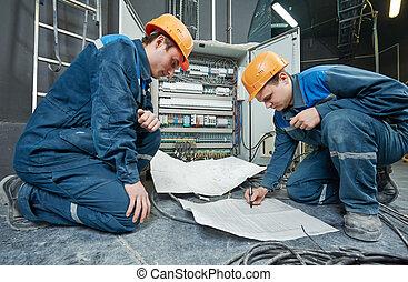 ouvriers, électricien, deux