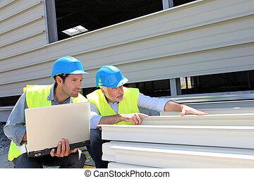 ouvriers construction, vérification, construisant matériel