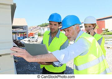 ouvriers construction, vérification, structure bâtiment