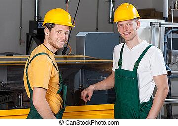 ouvriers, debout, côté, machine