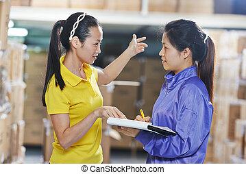 ouvriers entrepôt, deux, chinois, femme