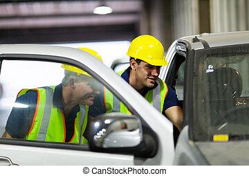 ouvriers entrepôt, inspection, véhicule
