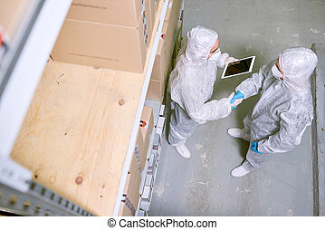 ouvriers entrepôt, serrer main