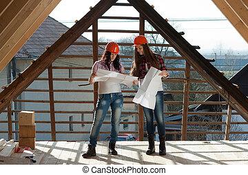ouvriers, femmes, deux, toit, jeune