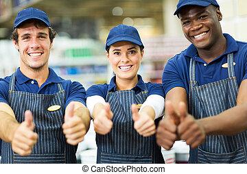 ouvriers, groupe, haut, supermarché, pouces