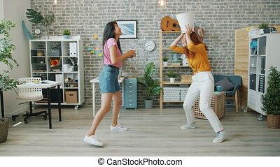ouvriers, papier, jeune, amusement, casier, travail bureau, heureux, avoir, femmes, lancement