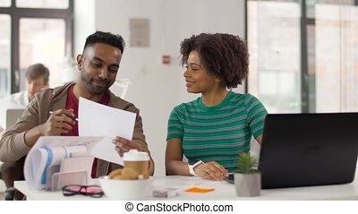 ouvriers, papiers, discuter, bureau, créatif