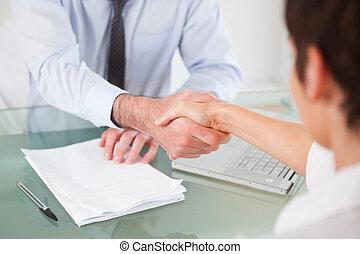 ouvriers, poignée main, bureau, avoir