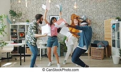 ouvriers, tenue, amusement, danse, constitué, documents, bureau, heureux, fête, avoir