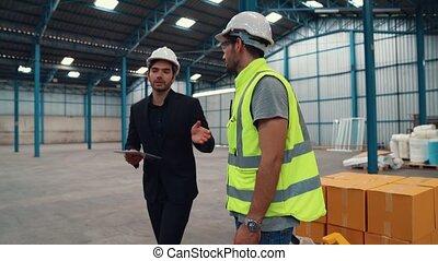 ouvriers, usine, paquet, livrer, boîtes, pousser, entrepôt, chariot