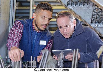 ouvriers, vérification, canaux transmission métal, dans, a, entrepôt