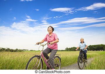 ouwetjes, boerderij, paar, bejaarden, aziaat, biking, vrolijke