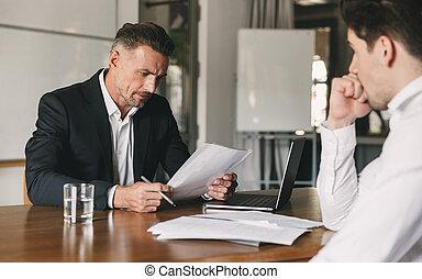 over, concept, werken, kantoor, kandidaat, hervatten, carrière, -, terwijl, het onderhandelen, zakelijk, plaatsing, werk, zijn, mannelijke , zakenman, interview, gedurende, lezende , kaukasisch